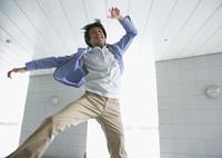 ジャンプする若い男性