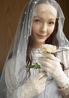 バラを持つ新婦
