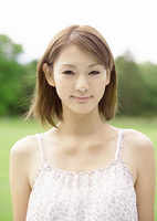 微笑む若い女性