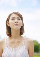 見上げる若い女性