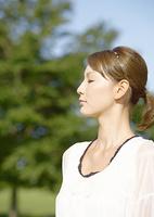 目を瞑る若い女性