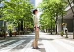 横断歩道を渡る若い女性