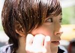 頬杖をつく若い女性