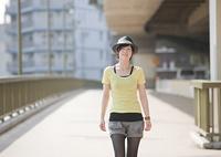 橋を歩く若い女性