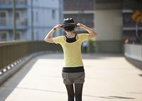 橋の上に立つ若い女性