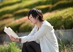 読書する若い女性