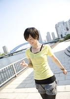 川沿いを歩く若い女性