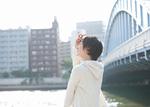川沿いに立つ若い女性