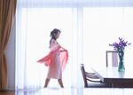 窓辺の若い女性