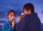 ビールを飲む浴衣姿のカップル