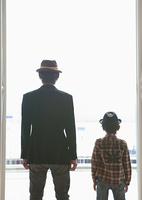 外を眺める父と息子
