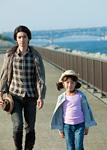 散歩する父と娘