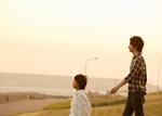 散歩する父と息子