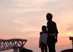 肩を組む父と息子