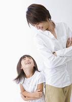 見つめ合う父と娘