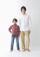並んで立つ父と息子