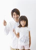 歯ブラシを持つ父と娘
