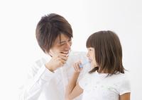 歯磨きをする父と娘