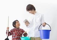 掃除道具を持つ父と息子