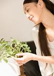 観葉植物を見る女性