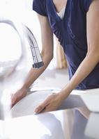皿を洗う女性の手元