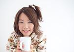 マグカップを持つ若い女性