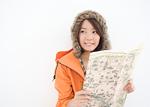 地図を持つ若い女性