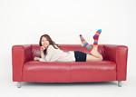 ソファーに横たわる若い女性