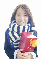 プレゼントを持つ若い女性