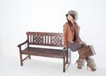 ベンチに腰掛ける若い女性