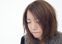目を閉じる若い女性