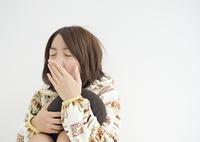 あくびをする若い女性