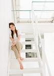 階段に座る若い女性