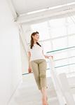 階段を下りる若い女性