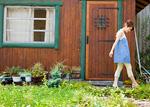 庭を歩く若い女性