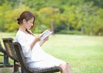 本を読む若い女性