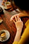 コーヒーと女性の手