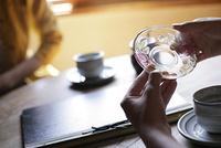 ガラスの皿を持つ手