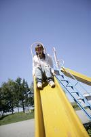 滑り台で遊ぶ女性