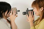 カメラで遊ぶ女性