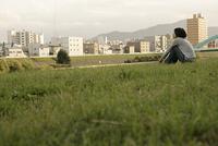 芝生に座る女性