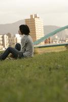 河川敷に座る女性