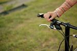 自転車のハンドルと女性の手