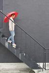 階段をおりる女性