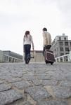 石畳を歩くカップル