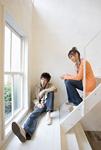 階段に座るカップル