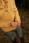 野草を持つ女性