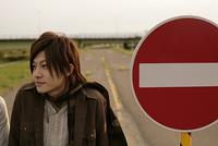 道路標識と若い男性