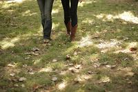 木漏れ日と女性の足
