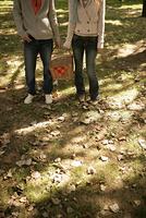 木漏れ日とカップル